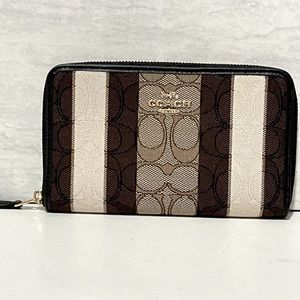NWT Coach Medium zip wallet